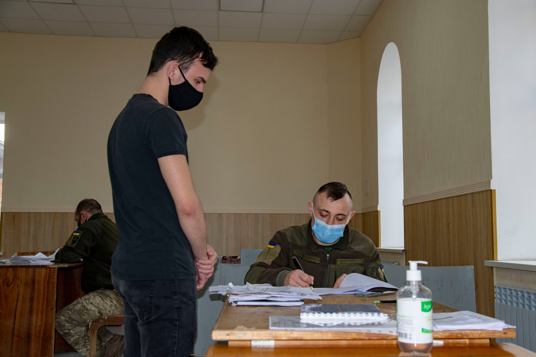 У Полтаві проводять відбір призовників до військових частин Збройних сил України, Національної гвардії України та інших військових формувань.