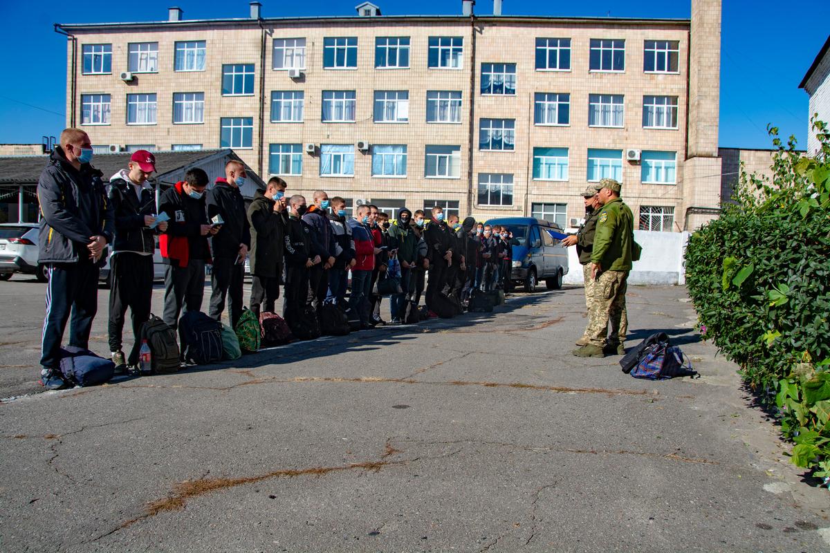 До Полтавського обласного збірного пункту прибувають перші призовники.
